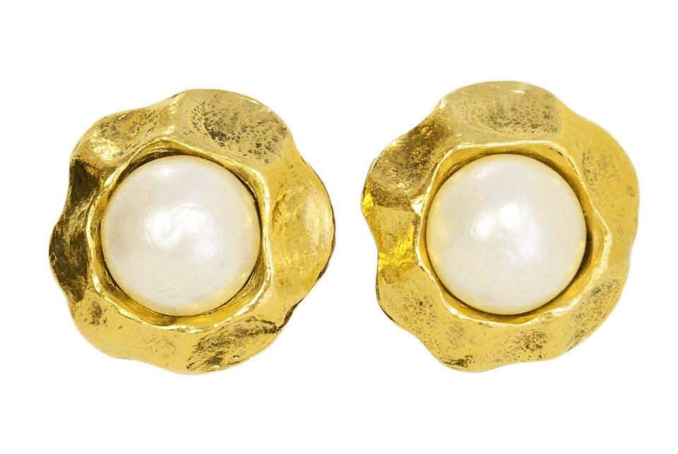 e58d9b40c37b10 Chanel Chanel Gold & Pearl Clip On Earrings Image 0 ...