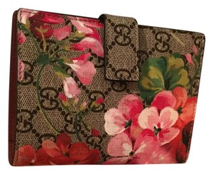 49fdccbf4c8a3d Gucci New With Tags! Gucci Blooms Print GG SUPREME Passport Case