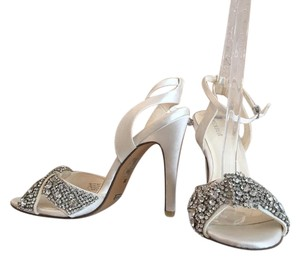 Menbur Beaded Ankle Strap Glamorous Classic Statement Ivory Pumps