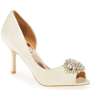 Badgley Mischka Vanilla Satin Pearson Pumps Size US 8.5 Wide (C, D)