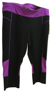 Xersion Mid rise fixed through hips and thighs permanence fit Capri.