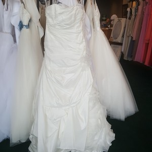 Alfred Angelo Diamond White Taffeta 2366 Modern Wedding Dress Size 12 (L)
