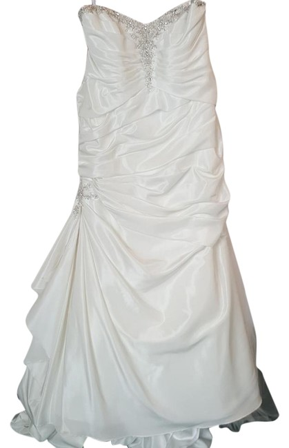 Item - Diamond White Tafeta 2404 Modern Wedding Dress Size 20 (Plus 1x)