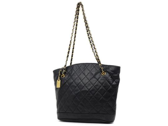 Preload https://img-static.tradesy.com/item/21910667/chanel-quilted-lambskin-chain-tote-221034-black-leather-shoulder-bag-0-0-540-540.jpg