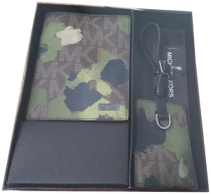 Michael Kors Michael Kors MENS Painterly Camo Passport Case and Luggage Tag Set