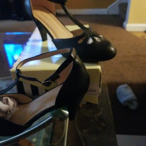 Chase & Chloe Black Pumps