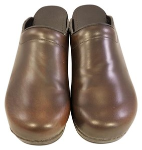 Dansko Woman brown Mules