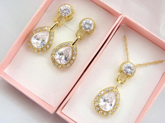 Preload https://item5.tradesy.com/images/clear-necklace-and-earrings-cubic-zirconia-teardrop-pendant-sparkly-vintage-bridesmaid-gift-diamond--2209794-0-0.jpg?width=440&height=440