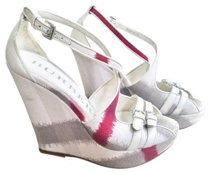 Burberry cream/red Wedges