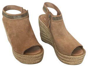 Delman Sand Dune Kidsuede. Chain Wedges