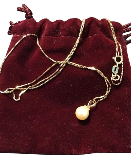 Preload https://item1.tradesy.com/images/unknown-authentic-pearl-necklace-on-gold-chain-2212315-0-0.jpg?width=440&height=440