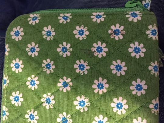 Vera Bradley Daisy Daisies Pattern Green Quilted Wristlet in Apple Green