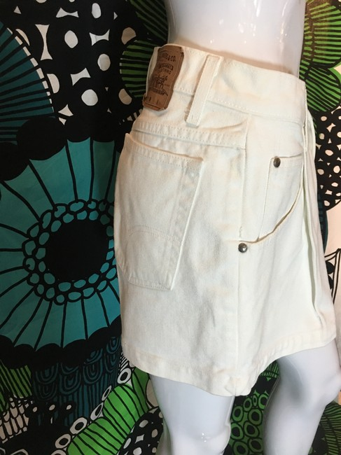 Levi's Relaxed Fit Cotton Pleated Five Pocket White Shorts