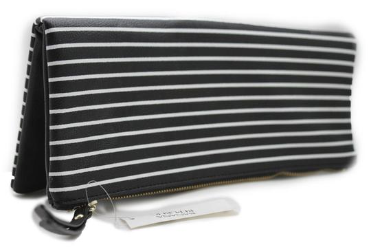 Preload https://img-static.tradesy.com/item/22170608/banana-republic-women-fashion-purse-faux-black-and-white-leather-clutch-0-0-540-540.jpg