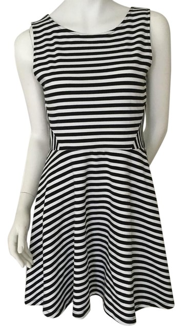 Preload https://item2.tradesy.com/images/h-and-m-black-and-white-striped-divided-short-casual-dress-size-8-m-22185266-0-1.jpg?width=400&height=650