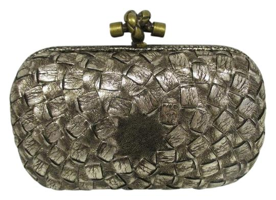 Preload https://img-static.tradesy.com/item/22233600/bottega-veneta-metallic-woven-antique-gold-leather-clutch-0-1-540-540.jpg