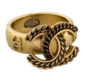 Chanel Gold-tone Chanel textured interlocking CC cocktail ring