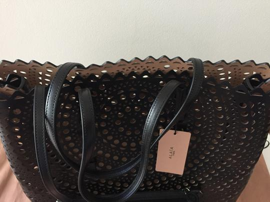 ALAA Vienne Laser Leather Tote in black Image 9