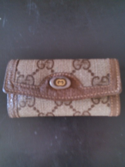 Preload https://item5.tradesy.com/images/gucci-gucci-gg-key-case-wallet-brown-2233124-0-0.jpg?width=440&height=440