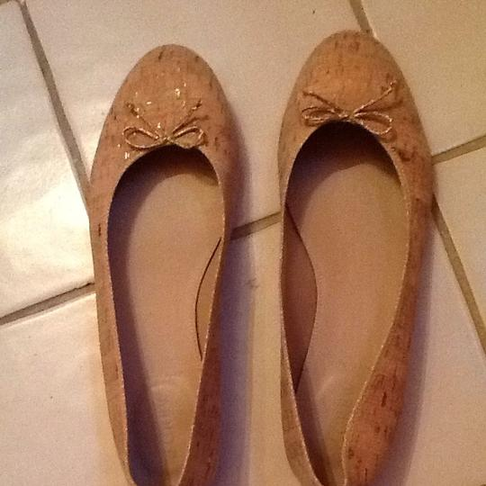J.Crew This Material Is Like Cork With Metallic Gold Strip Scattered Over Shoe. It's Warm Beige Color. Great Looking Shoe With Beige And Khaki Or Even White. Flats