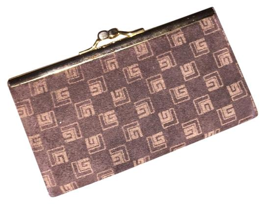 Preload https://img-static.tradesy.com/item/22342171/guy-laroche-brown-signature-suede-kisslock-coin-purse-wallet-0-1-540-540.jpg