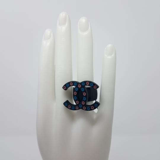 Chanel Black resin Chanel interlocking CC cocktail ring 6.5 Image 1