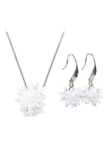 Preload https://img-static.tradesy.com/item/22377344/silver-snowflake-necklace-0-0-540-540.jpg