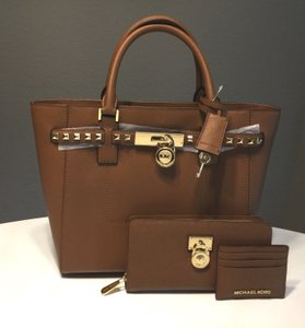 Michael Kors Mk Hamilton Traveler Brown Saffiano Leather Mk Traveler Wallet Tote in Luggage