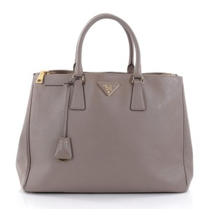 97c1daae9075 Prada Leather Bags - Up to 70% off at Tradesy