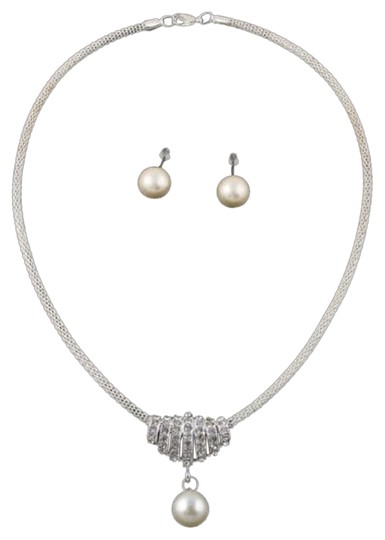 Preload https://item4.tradesy.com/images/necklace-2241408-0-0.jpg?width=440&height=440