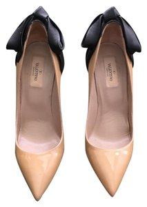 Valentino Heels Stylish Fashionable Bow-accented Nude Patent Leather and Black leather Pumps
