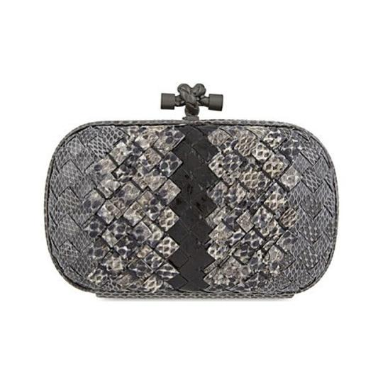 Preload https://img-static.tradesy.com/item/22460076/bottega-veneta-ayers-knot-woven-new-light-grey-ardoise-snakeskin-leather-clutch-0-1-540-540.jpg