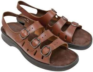 8039286c5b3b Clarks Sandals - Up to 90% off at Tradesy