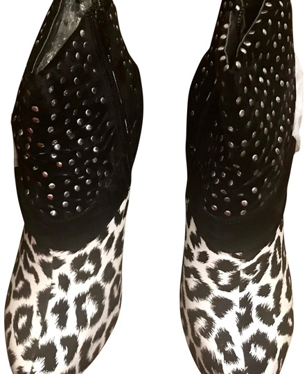 Preload https://item2.tradesy.com/images/cleopatra-black-and-white-textured-bootsbooties-size-us-9-regular-m-b-22506386-0-1.jpg?width=440&height=440