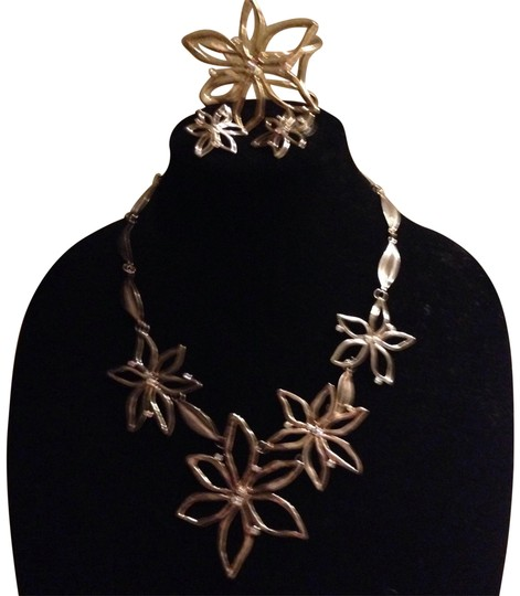 Preload https://item5.tradesy.com/images/gold-tone-flower-necklace-earrings-and-bracelet-22506619-0-1.jpg?width=440&height=440
