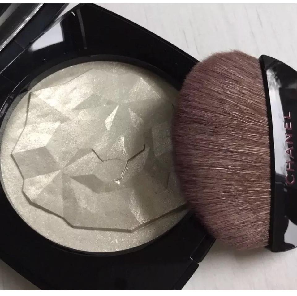 14fd80440a Chanel Beaute White with Gold Le Signe Du Lion Illuminating Powder In Blanc  Cosmetic Bag