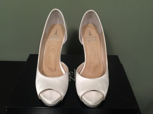 Angela Nuran Ivory Serendipity Hi Pumps Size US 6.5 Regular (M, B)