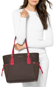 Michael Kors Voyager East West Signatire Brown/Red Shoulder Tote in Brown Bright Red