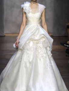 Monique Lhuillier Ivory Silk Fall 2011 Collection Formal Wedding Dress Size 8 (M)