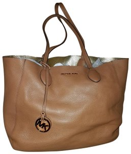 Michael Kors Mk Reversible Large Mae Tote in Acorn/Gold