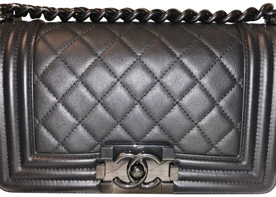 Preload https://img-static.tradesy.com/item/22698755/chanel-boy-18-so-black-calfskin-leather-cross-body-bag-0-7-540-540.jpg