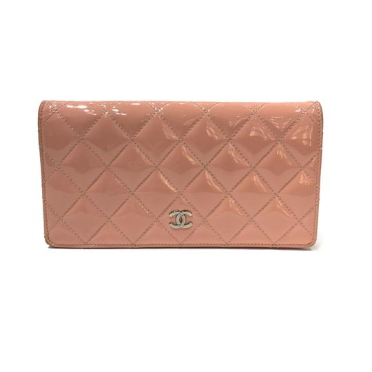 Preload https://img-static.tradesy.com/item/22703777/chanel-peach-cc-logo-quilted-patent-wallet-0-0-540-540.jpg