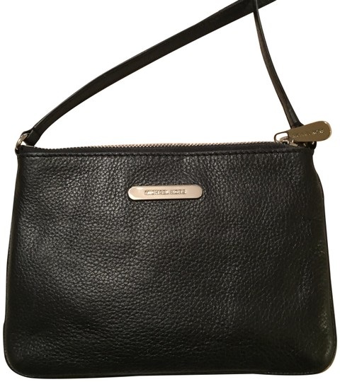 Preload https://img-static.tradesy.com/item/22762036/michael-kors-black-leather-cross-body-bag-0-1-540-540.jpg