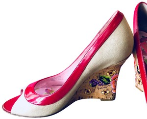 Betsey Johnson Embroidered Flowers Boho Peeptoe Tan w/ Red Patent Leather Trim Wedges