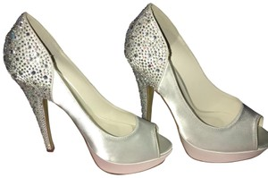 David's Bridal white Pumps