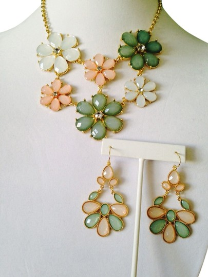 Other 2 Piece Set NWT Faceted Pastel Flower Statement Necklace & Earrings