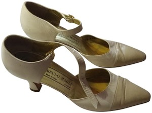 Bruno Magli Mini Vintage Size 8.5 Tan White Pumps