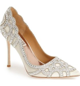 Badgley Mischka Ivory Rouge Pumps Size US 6 Regular (M, B)