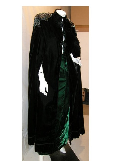 Item - Green/Black W 2 Pcs Velvet Bare Shoulder 6-key-hole Front W/Coordinating Opera Cape Long Night Out Dress Size 12 (L)