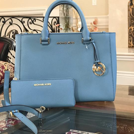 Preload https://img-static.tradesy.com/item/22902047/michael-kors-kellen-medium-totecrossbody-handbag-and-wallet-pale-blue-saffiano-leather-satchel-0-0-540-540.jpg